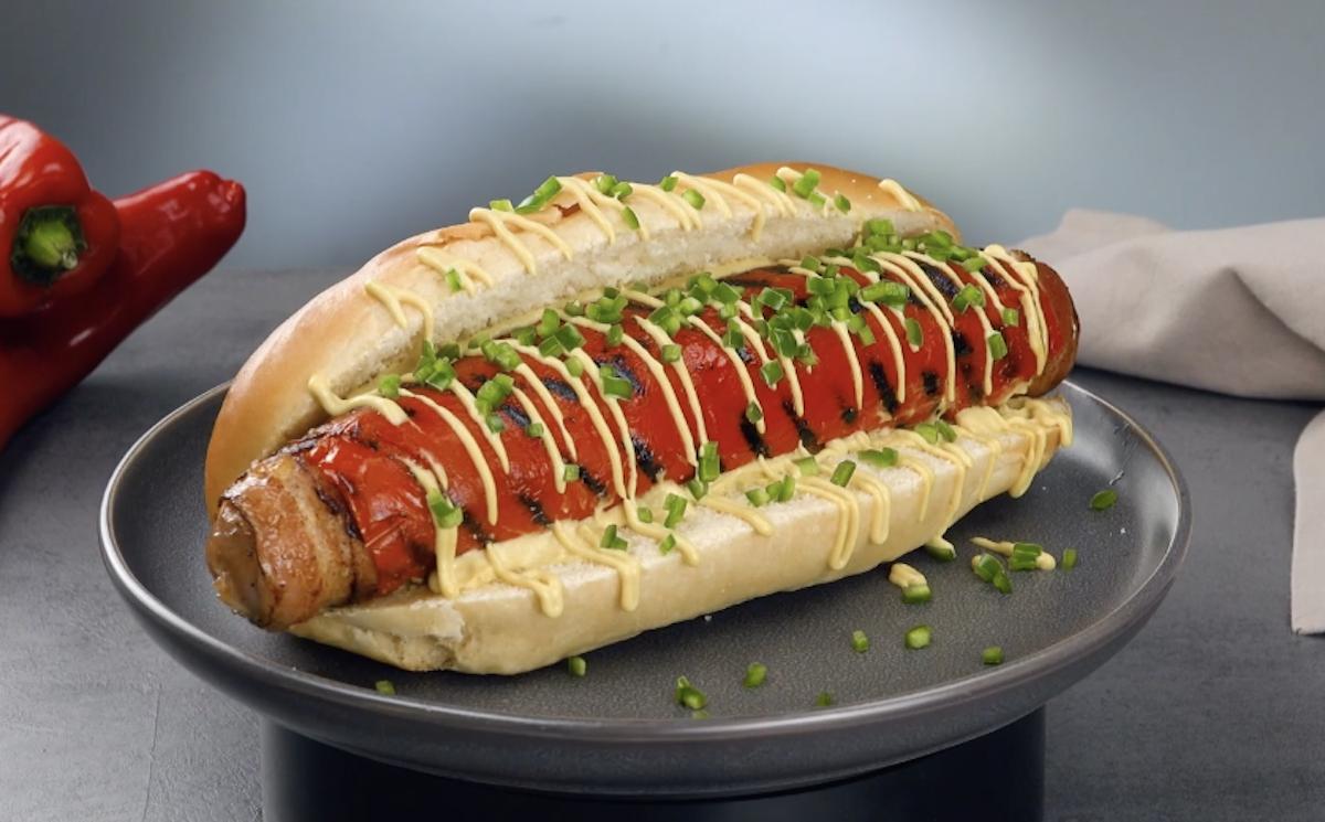 Hot dog epico con croccante pancetta tesa e peperoni grigliati