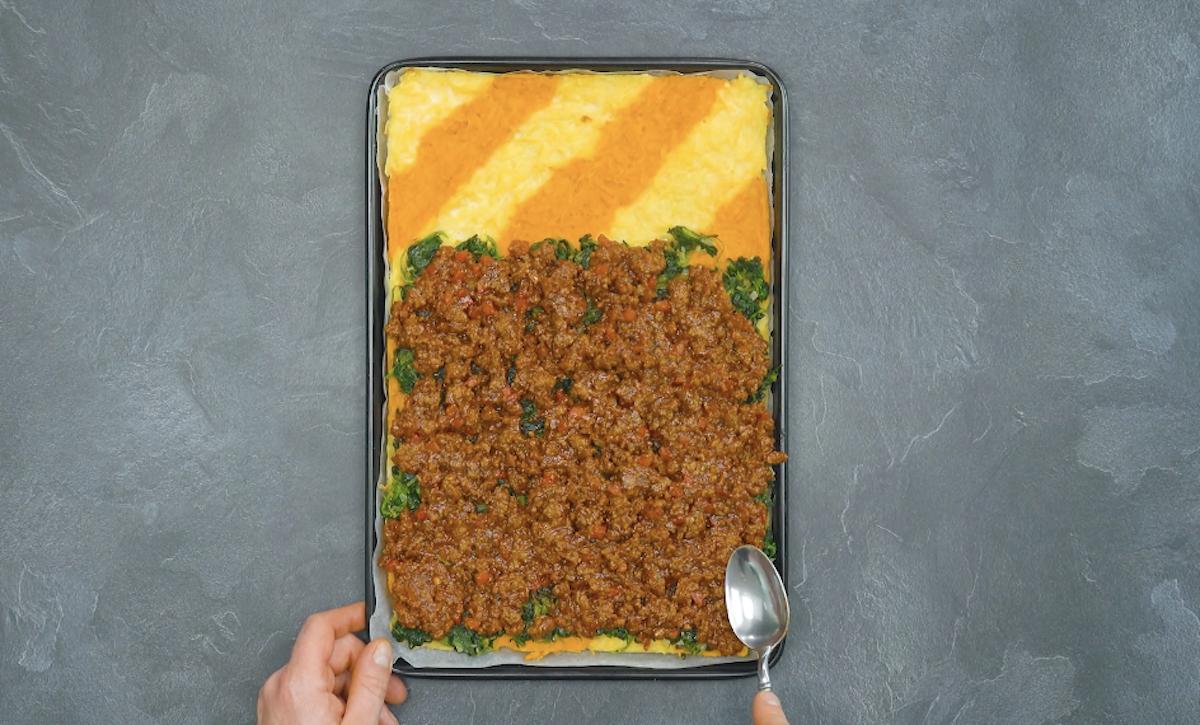 Sformato di patate con spinaci in padella e ragù di carne macinata