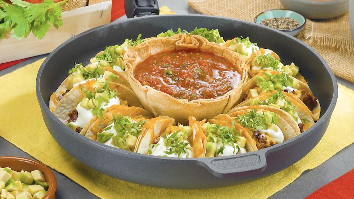 Tortillas ripiene di carne macinata e formaggio filante servite con salsa di pomodoro