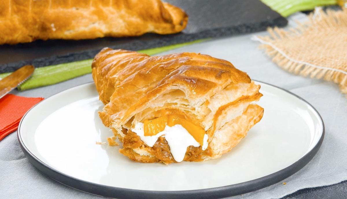 Pasta sfoglia ripiena di straccetti di maiale, formaggio provolone e frutta alla griglia