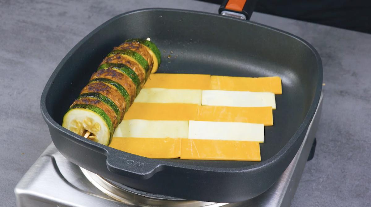 Spiedino con fette di formaggio cheddar