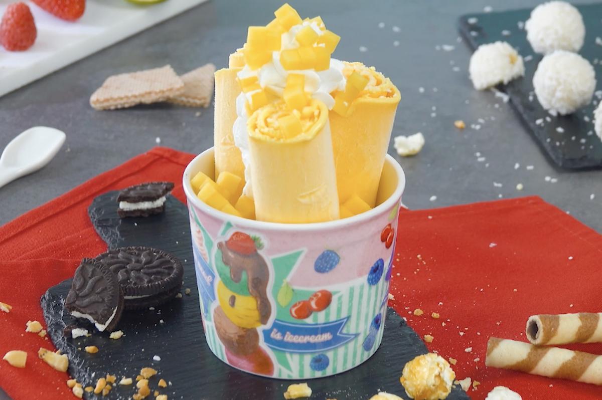 Rotolini di gelato al mango e granella di cocco