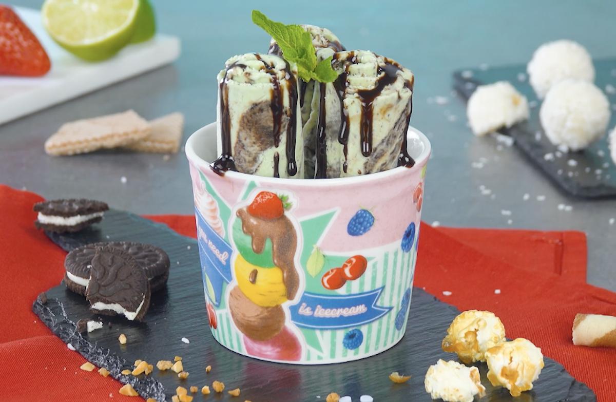 Rotolo di gelato alla menta e scaglie di cioccolato