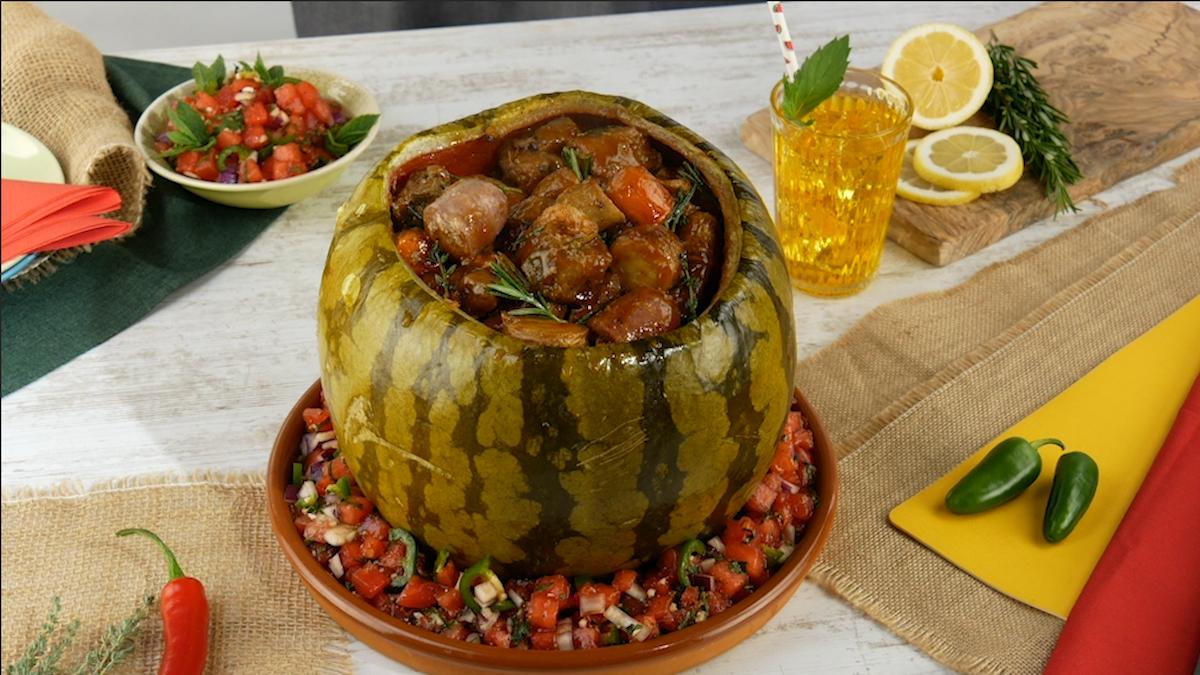 Buccia di anguria ripiena di stufato di carne di maiale con verdure al forno