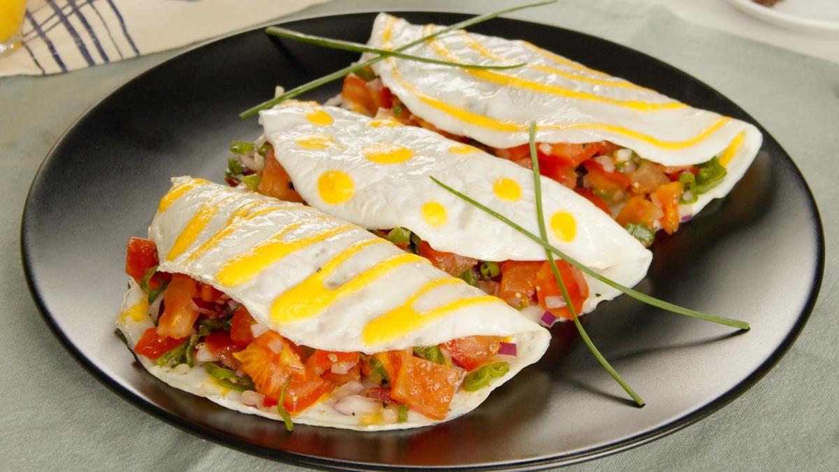omelette ripiena di insalata di pomodori