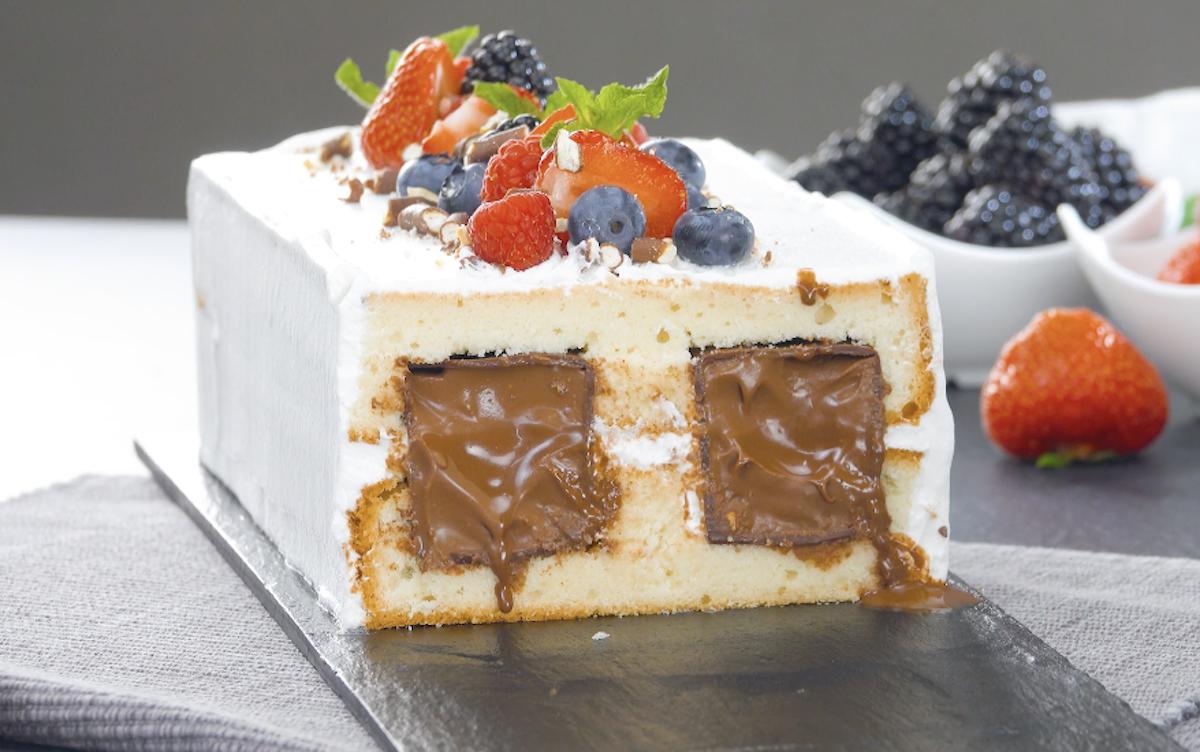 Torta soffice ripiena di cubetti di cioccolato fondente