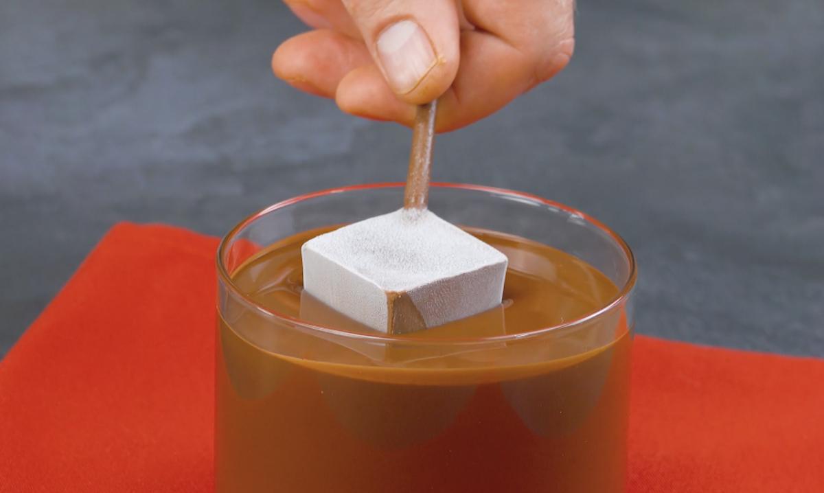 Cubetti di cioccolato nel cioccolato fondente fuso