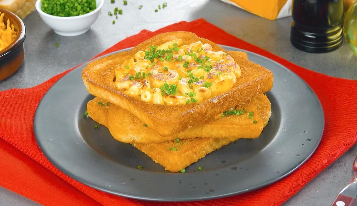 Pane tostato con pasta al formaggio