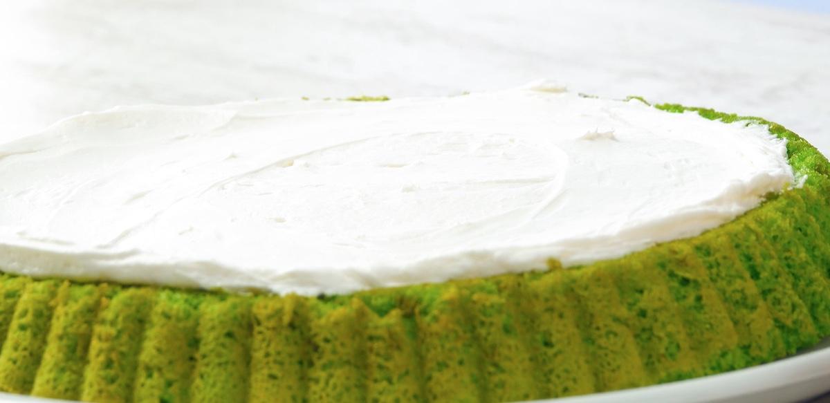 Crema al limone e formaggio spalmabile su pan di spagna