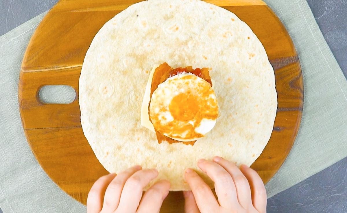 Tortilla ripiena con hamburger di manzo e uovo fritto