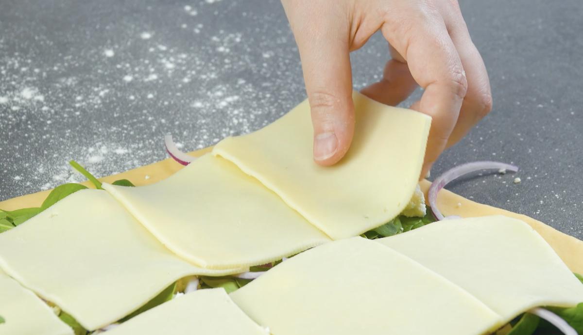Pasta lievitata con con cipolla rossa, formaggio, spinaci e feta