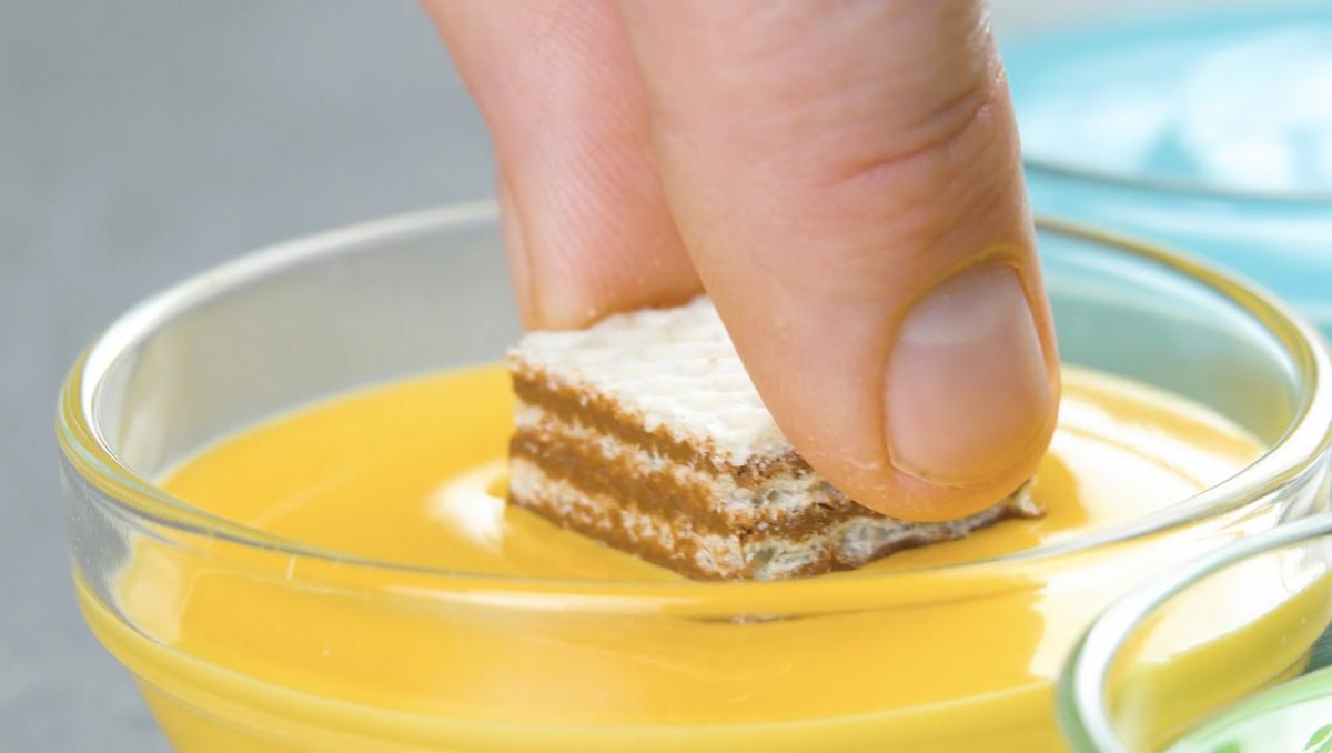Mini wafer nel cioccolato giallo fuso