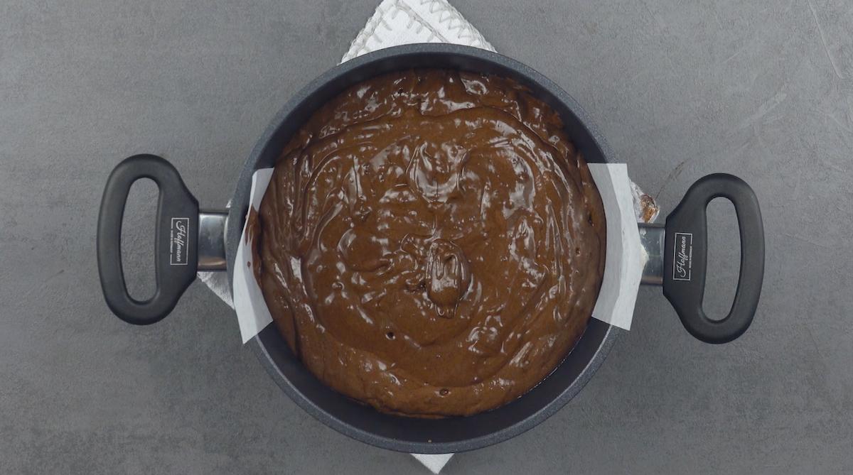 Impasto della torta al cioccolato in pentola