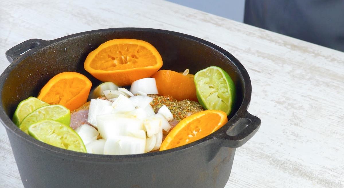Carne di maiale marinata. arance e lime