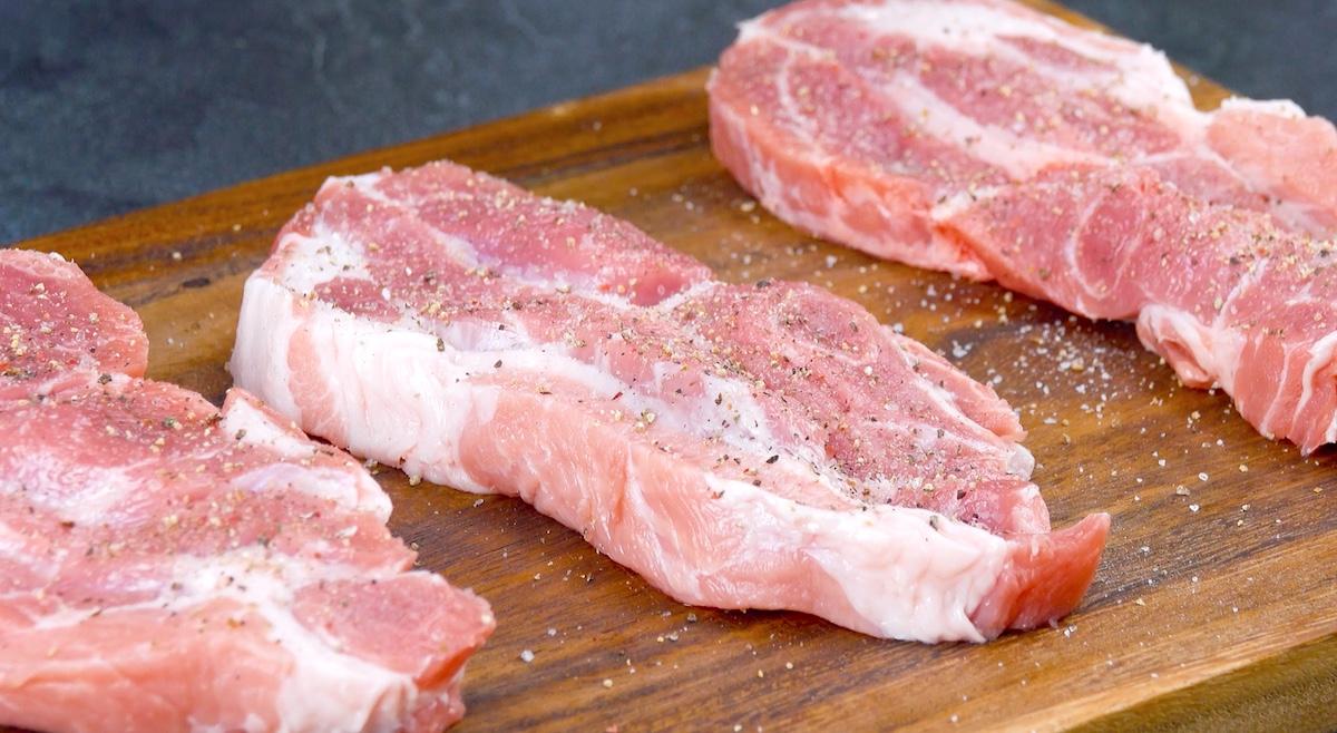 Fette di collo di maiale con sale e pepe