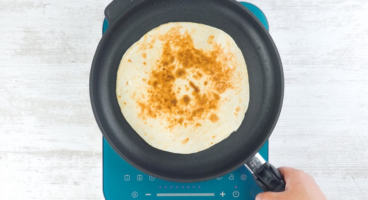 Tortillas ripiene di formaggio filante