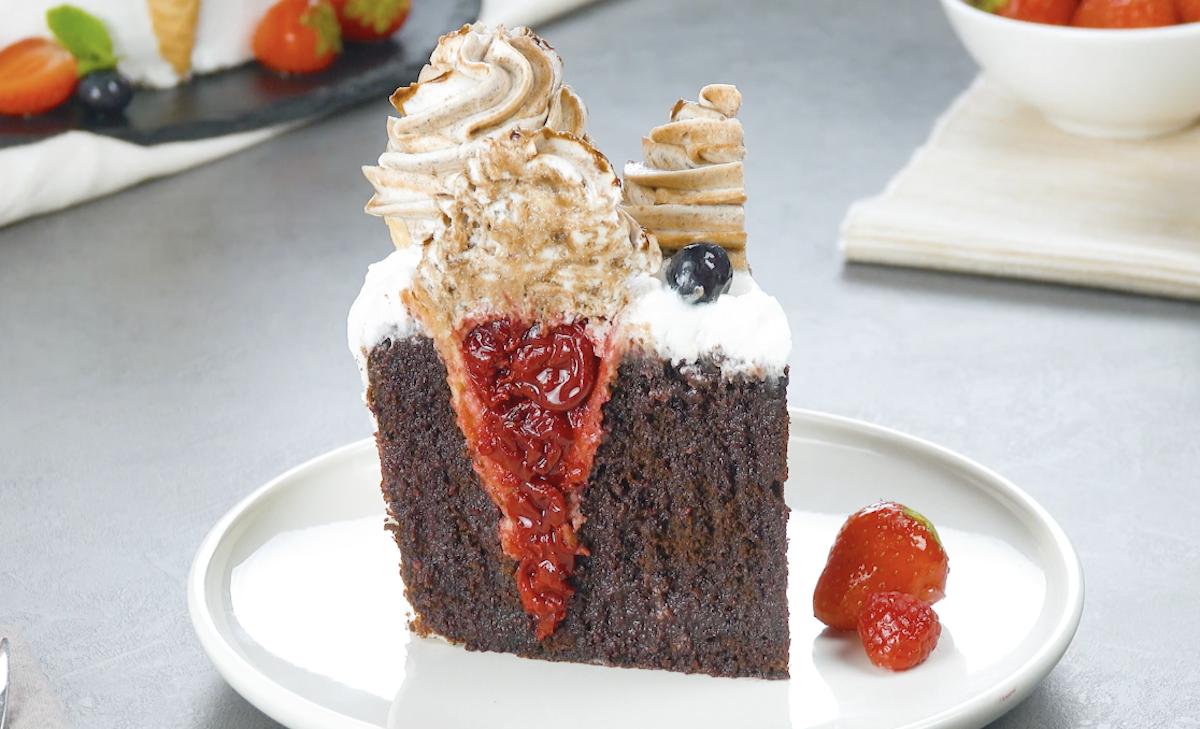 Fetta di torta al cioccolato con cialde gelato, ciliegie e crema chantilly