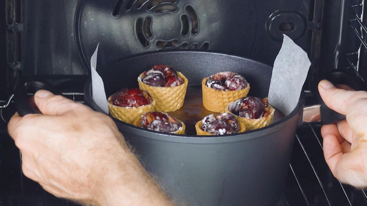 Torta al cioccolato con coni gelato e ciliegie in forno