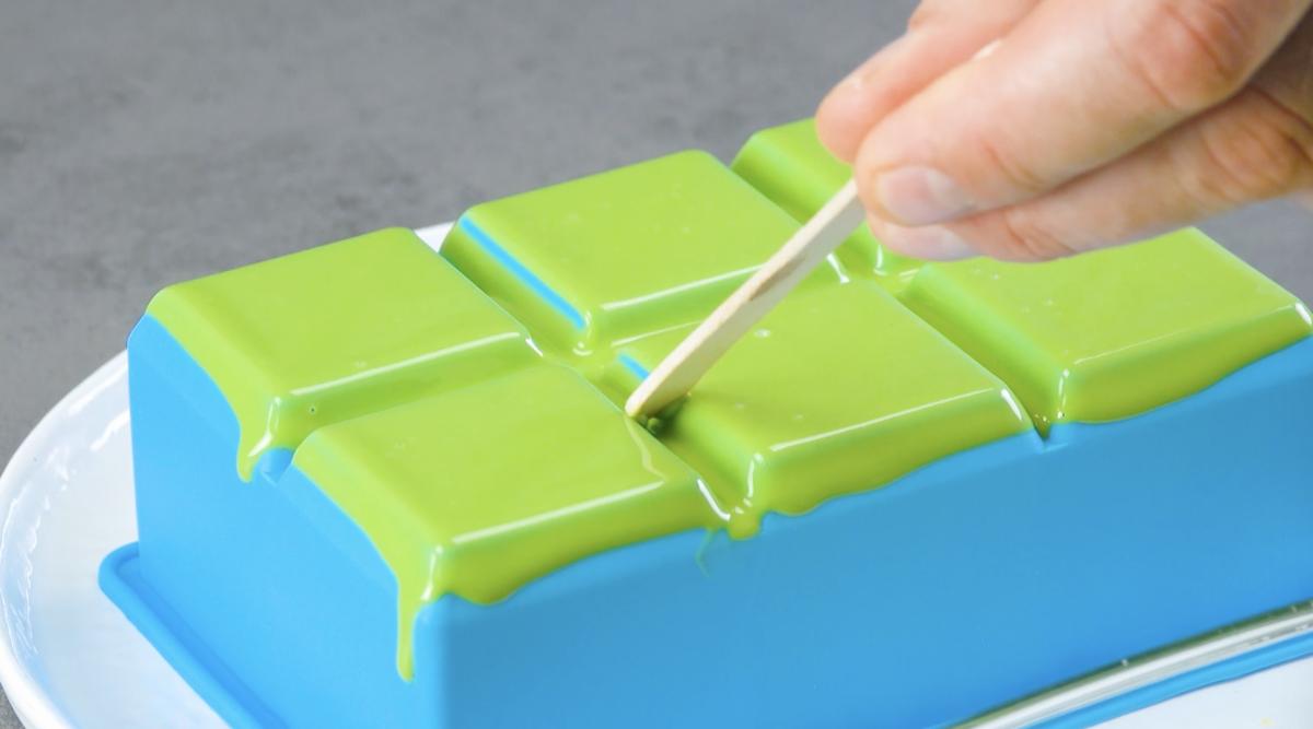 Cioccolato fuso verde su stampo per cubetti di ghiaccio