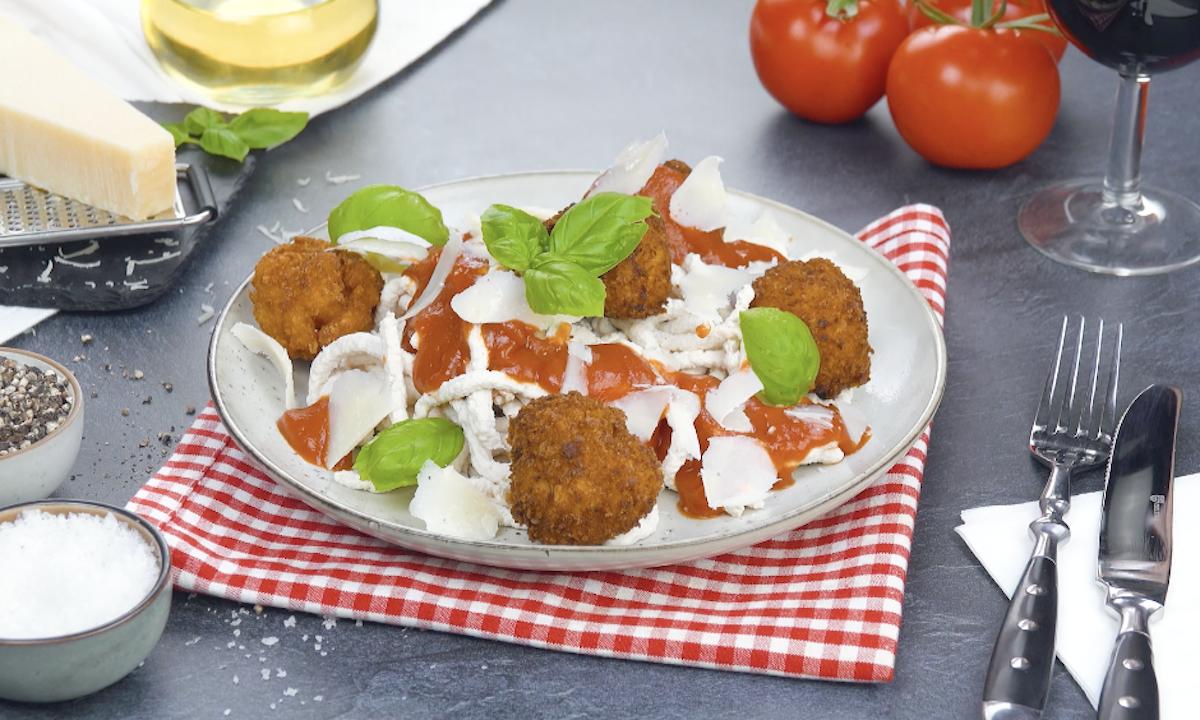 Tagliatelle fatte in casa con carne di pollo e polpette di pasta