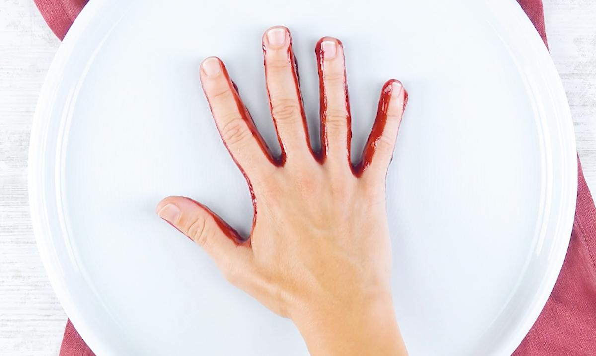 Impronta della mano con salsa di frutta