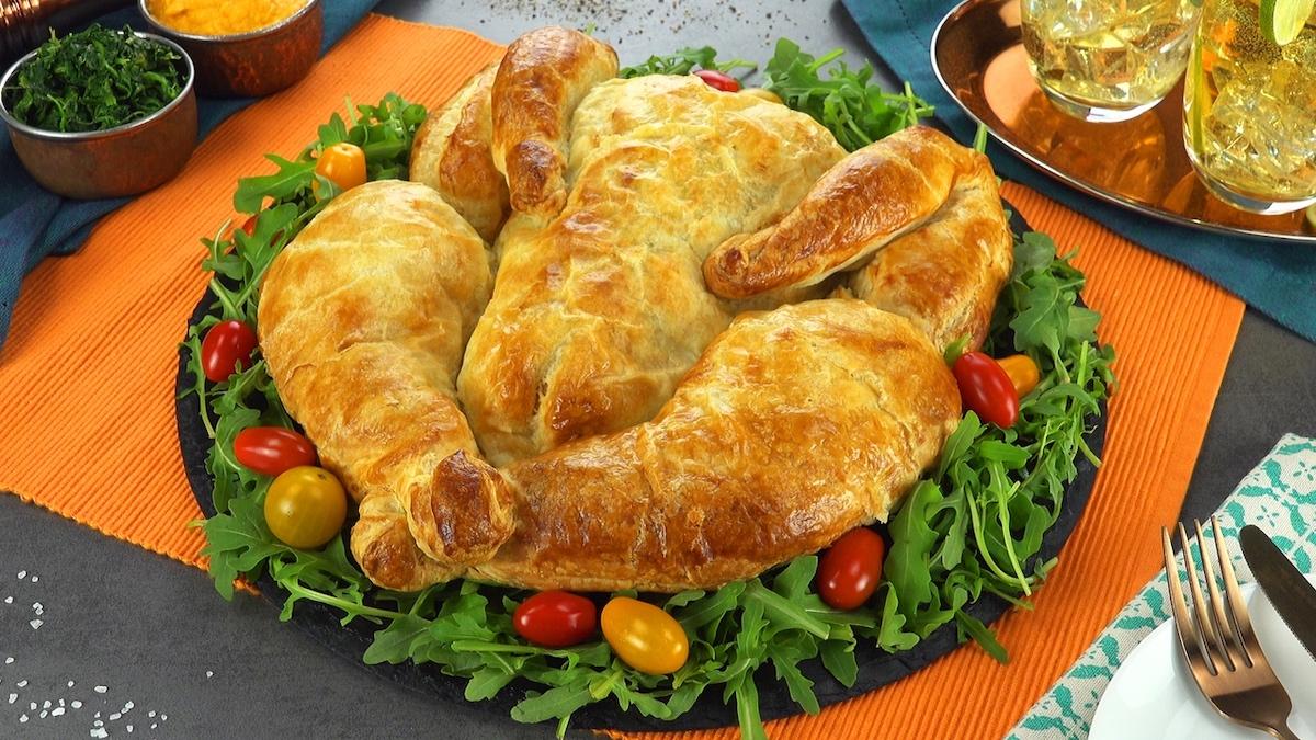 Pollo in crosta di pasta sfoglia ripiena di purè di patate dolci e spinaci bolliti