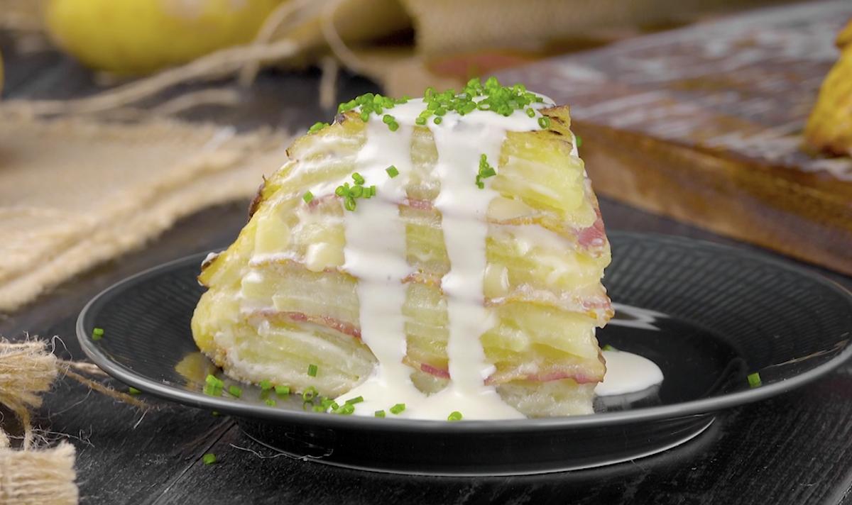 Un tortino di patate, bacon e pasta sfoglia